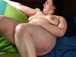 Grande madura mãe brincando com seu bichano peludo