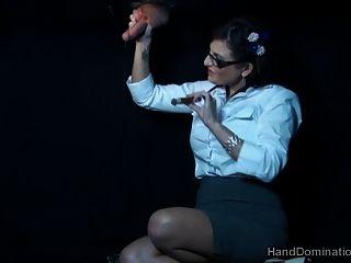 Fumar gloryhole handjob por milf dominante