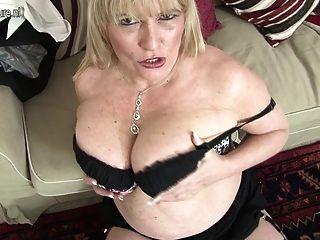 Mãe british quente mostra seus seios grandes e se masturba