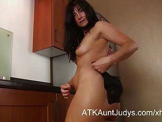 Lelani tizzie se masturba na cozinha.