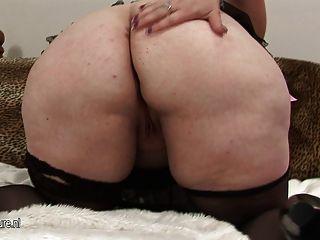 Mamã grande que mostra fora seu corpo suculento