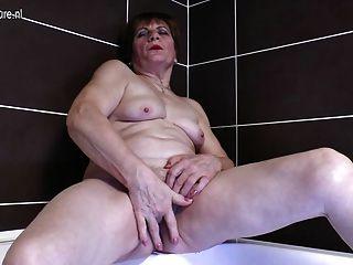 Avó amadora se masturbando no banho
