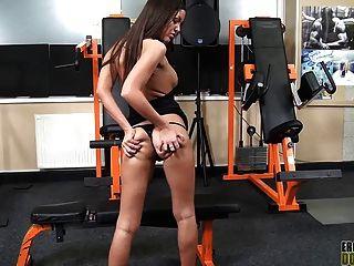 Angelica coração ass sufocando de um escravo facesitting