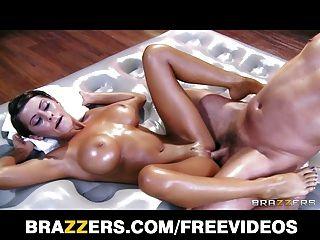 Madison ivy dá ao seu cliente uma massagem sensual apaixonada