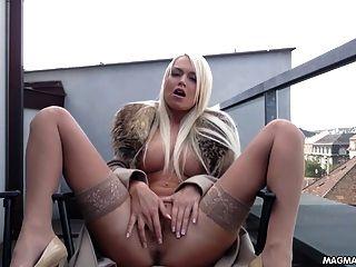 Magma filme busty loira babe alemão esfrega sua bela buceta