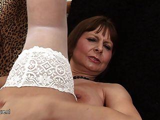 Mamã grande titted que joga e que começ horny