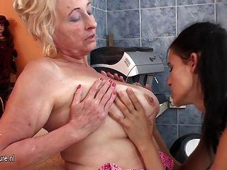 Menina quente fisting uma madura mãe lésbica