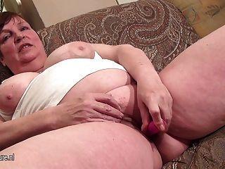 Esta mamã grande ama molhar-se por ela mesma