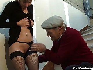 Um casal e um pervertido kinky velho