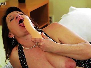 Kinky dona de casa ficando seu bichano molhado