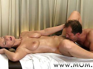 Mãe morena tem a massagem da sua vida