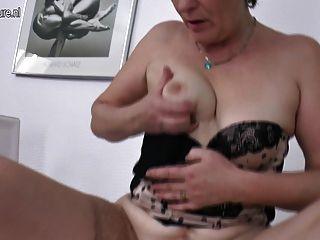 Mãe madura peludo sacode sua velha boceta