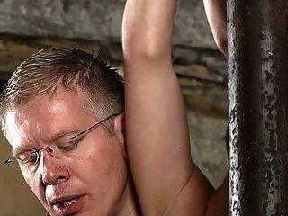 Garoto escravo bdsm amarrado e ordenhado schwule jungs