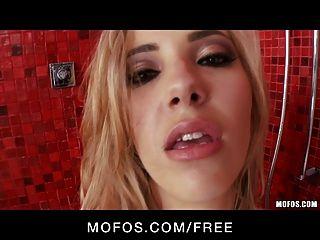 Mofos quente loura sophia cavaleiro joga com ela no chuveiro