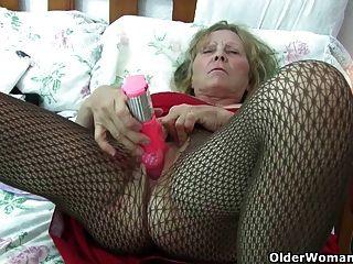 Avó britânica com mamas grandes dá a sua fanny um deleite