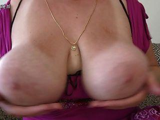 Linda mãe com gordo e enormes seios