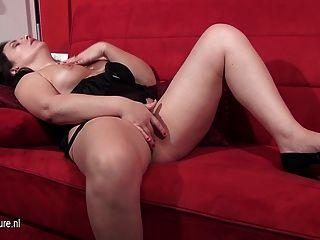 Maduro, europeu, mulher, masturbando, sofá