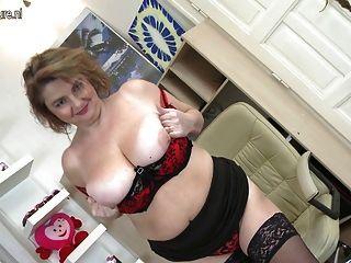 Grande, breasted, dona de casa, tocando, seu, bichano