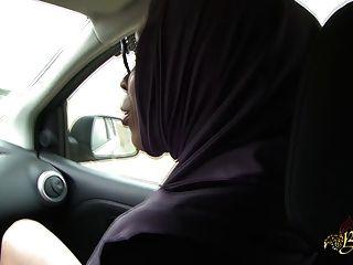 Sarah abdelkhader suce filho mec dans la voiture beurette tour