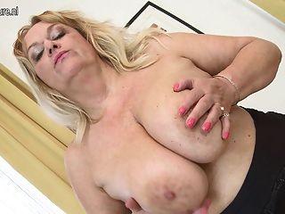 Vovó quente com grandes mamas saggy e sua velha boceta