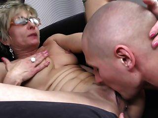 Hot skinny grandma é fodido por seu menino de brinquedo