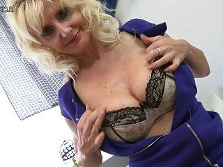 Mãe loira sexy brincando com seu bichano molhado