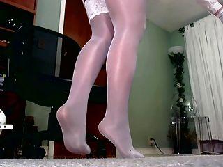 Meias brilhantes sobre calças justas