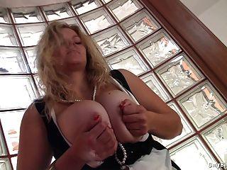 Sima pestinha expõe seus melões pesados
