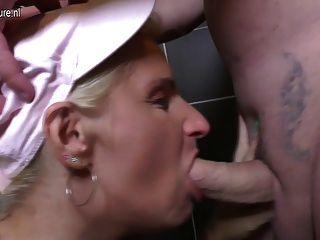 Mamãe madura é fodida em um banheiro