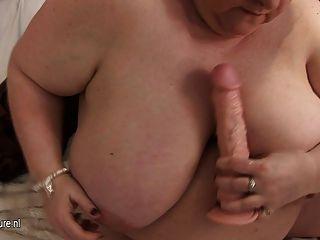 Mamãe grande brincando com seus seios enormes e boceta velha