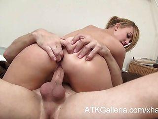 Garota loira doce permite que seu namorado foda-se na bunda