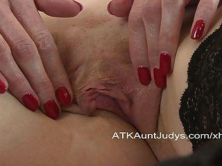 Escarlate coloca um brinquedo dentro dela para ter um orgasmo.