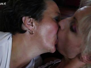 Velhas lésbicas esguicham e fodem menina