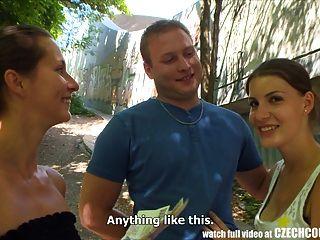 Casais tchecos casal jovem leva dinheiro para foursome público
