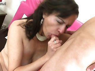 Mãe madura peludo esguichando e fodendo seu garoto