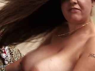 Dona de casa amadora grande titted balançando seus peitos