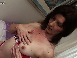 Dona de casa impertinente que joga com seu bichano molhado
