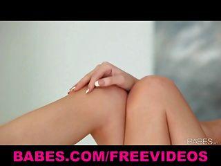 Babes deslumbrante tit brunette natural esfrega seu corpo perfeito
