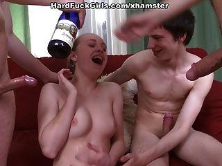 Sexo em grupo duro com uma menina