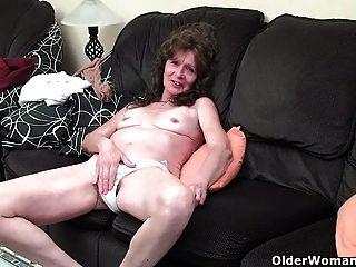 Desgraçada avó com tetas saggy dedo fode covado