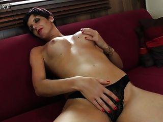 Quente madura prostitutas moendo em seu sofá