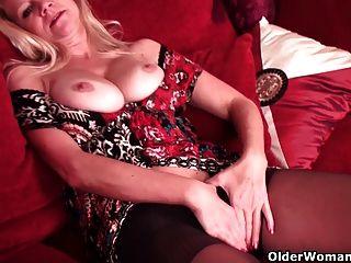 Mama peito de futebol masturbates em calcinha e pantyhose embebido