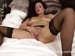 Sophia delane é erótica em sua lingerie e meias.