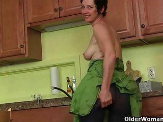 Mamãe se masturba do que limpar a cozinha