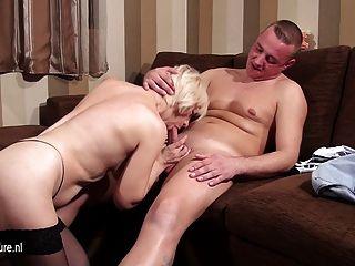 Mamãe slut madura mamando e fodendo seu traseiro