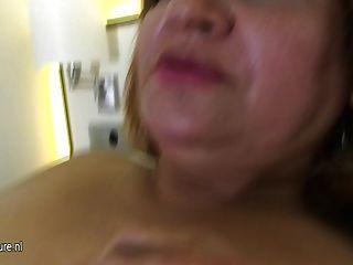Chubby 50yo mama ficando seu bichano molhado