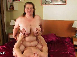 Amelia mamãe grande mamando e fodendo duro