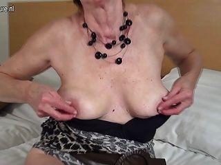 Horny holandês maduro granny brincando com sua buceta molhada