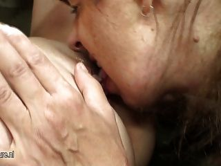 Hot babe fucks mãe mãe lésbica madura