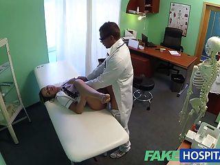 Fakehospital quente enfermeira jantes seu caminho para um aumento